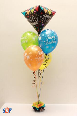 Balloons Bouquete Happy Birthday, arreglo de globos de látex y microfoil con efecto de flotación y tuft como base.