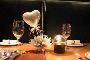 Arreglo de centro de mesa con un globo de látex plateado en forma de corazón y tuft en color plateado como base