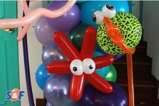 Figuras, en forma de pez y estrella de mar, elaboradas en globos redondo y no redondos, componiendo una columna orgánica