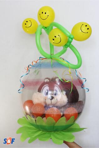 Stuffing Balloon, el arte de empagar tu regalo dentro de un globo, en este caso una ardilla de peluche con un remate en globos tubulares y de carita feliz